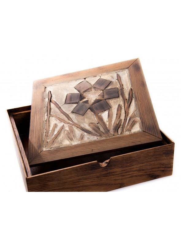 Scatola in legno lavorata e decorata a mano