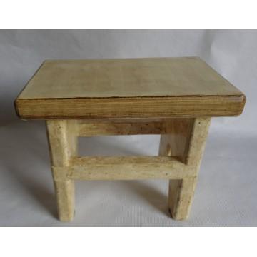 Sgabello in legno massello realizzato a mano