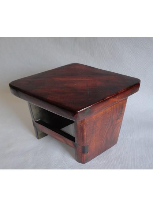 Sgabello in legno massello sagomato a rombo