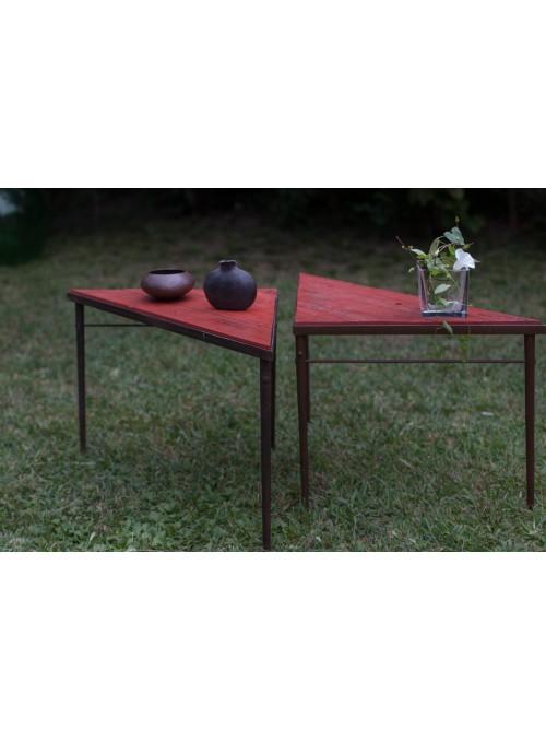Coppia di tavolini triangolari in legno e ferro