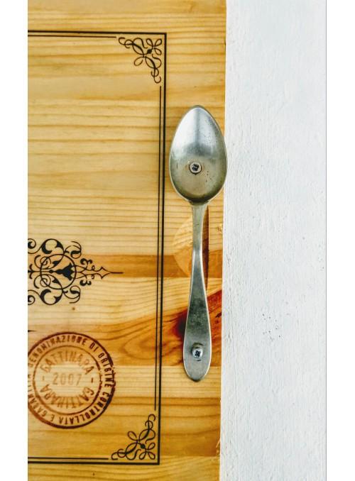 Vassoio in legno con posate vintage come maniglie
