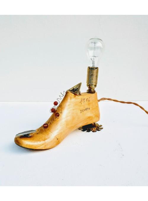 Lampada ricavata da una forma per scarpe con orecchini - Jasmine 1