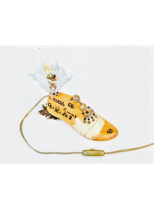 Lampada ricavata da una forma per scarpe e un orecchino vintage - Jasmine 3
