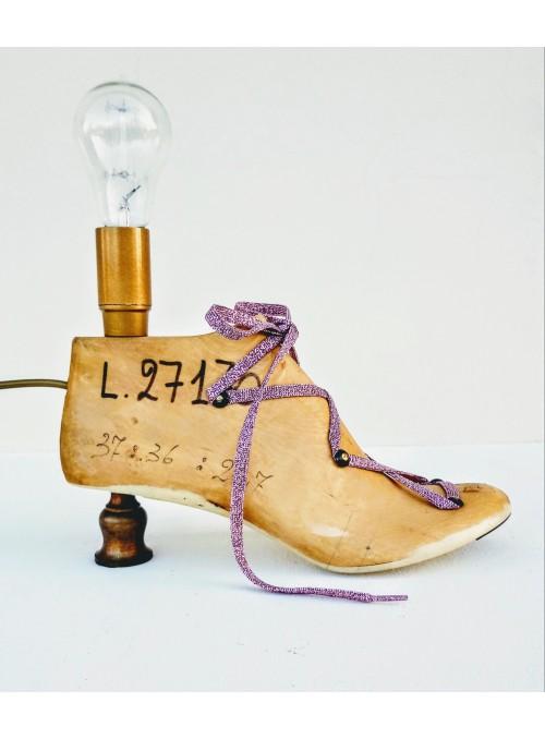 Lampada ricavata da una forma per scarpe decorata con un laccio rosa - Jasmine 5