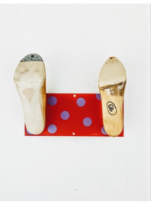 Appendiabiti ricavato da uno scarto metallico e due forme per scarpe - Shoe 1