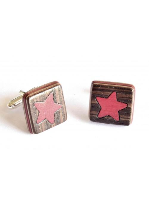Gemelli intarsiati con il disegno di una stella rossa in legno e metallo