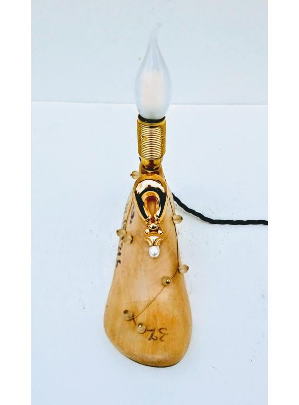 Lampada da tavolo ricavata da una vecchia forma per scarpe - Jasmine