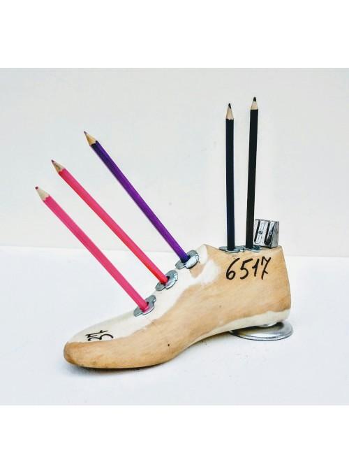 Portamatite ricavato da una forma per scarpe