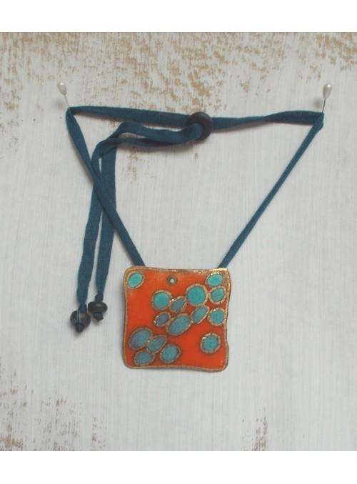 Collana con ciondolo lastrina decorato