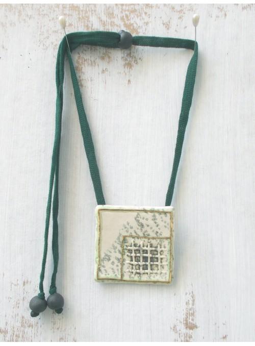Collana con ciondolo lastrina decorato con oro