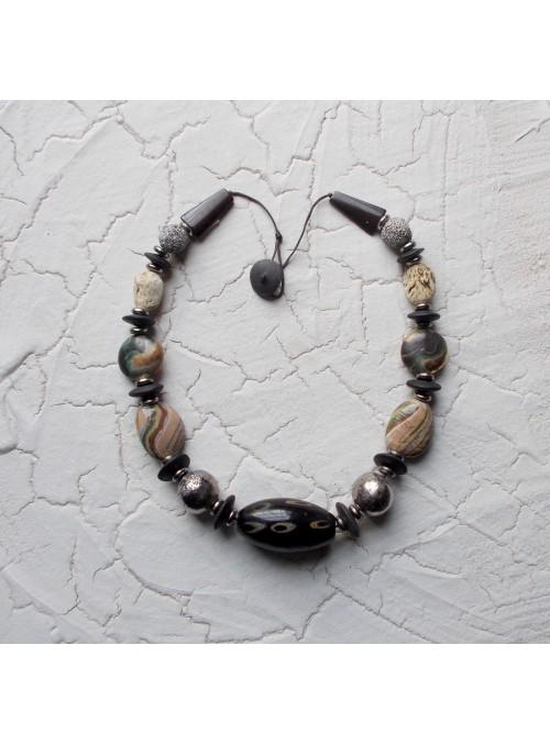 Collana con perline in ceramica neriage e osso