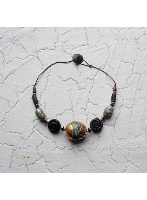 Collana con tre perle decorate con oro