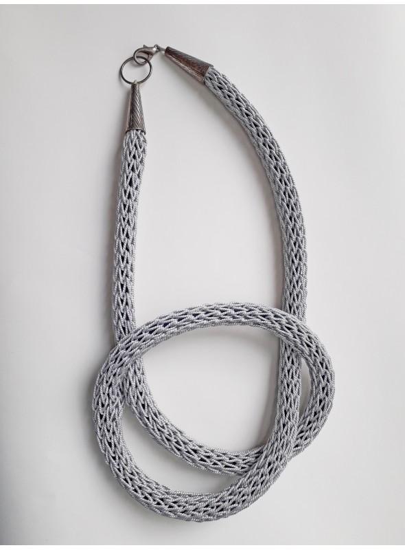 Collana tubolare annodata in filo metallico argentato